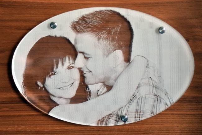 Ein Glasbild in welches das Bild eines Pärchens graviert ist
