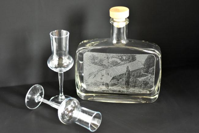 Eine gravierte Schnapsflasche mit zwei Stamperl