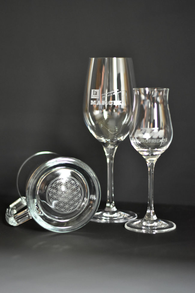 Gravierte Gläser mit Firmenaufschrift