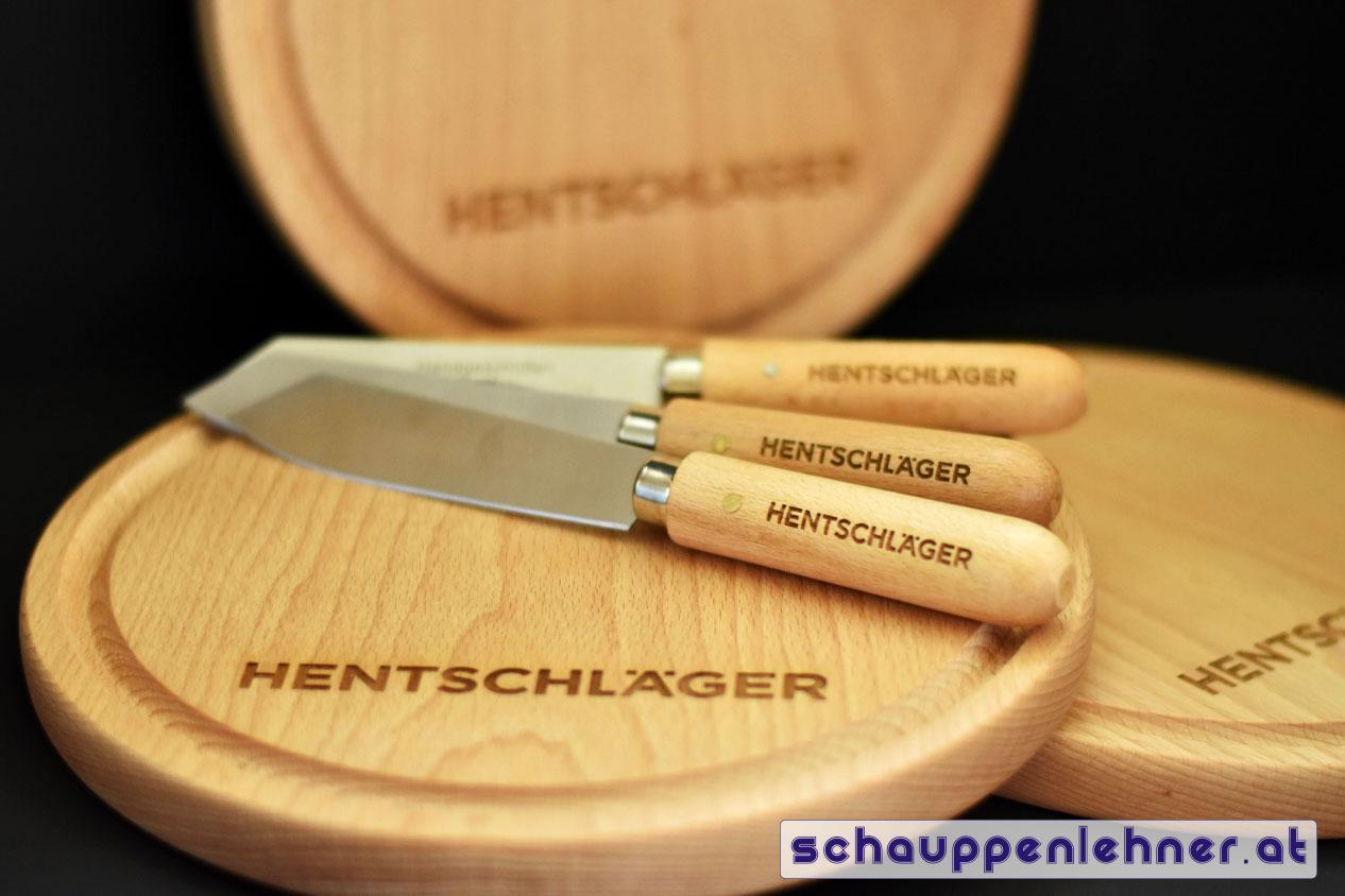Gravierte Jausenbretter mit gravierten Messern