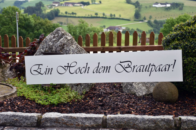 Graviertes Schild mit dem Schriftzug ein hoch dem brautpaar