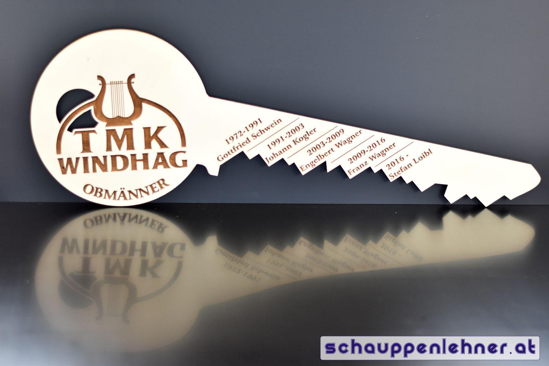 Schlüssel aus Holz mit den eingravierten Namen der Obmänner der TMK Windhag