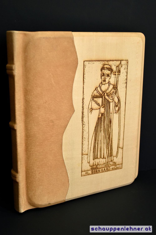 Ein Buch mit einem gravierten Holzcover