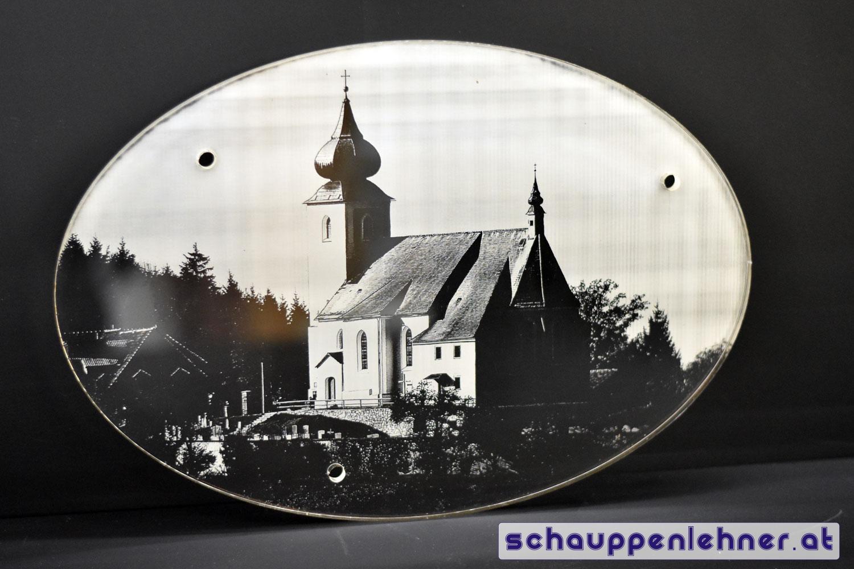Eine Kirche auf ein ovales Stück Glas graviert