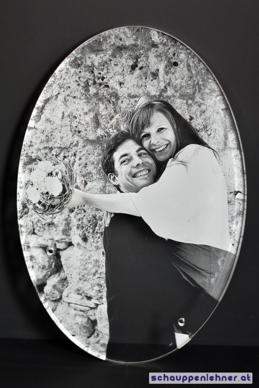Ein Hochzeitsfoto aus Glas in welches das Paar eingraviert wurde