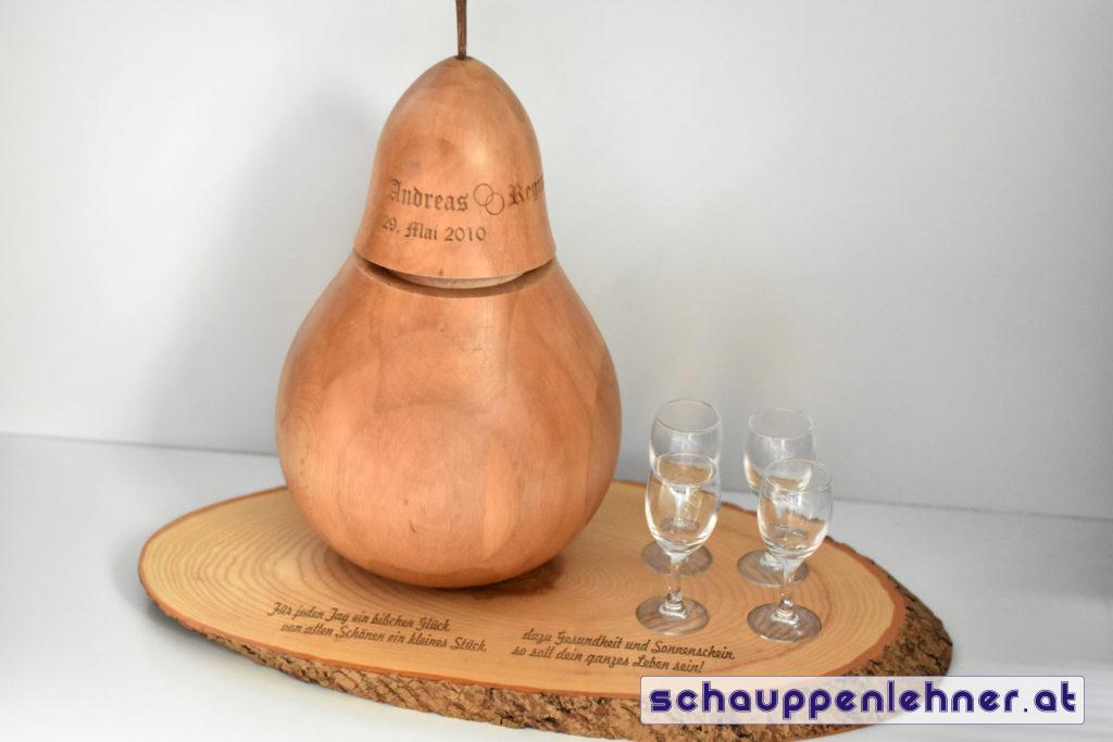 Holzbirne auf Holzbrett, beides graviert als Hochzeitsgeschenk