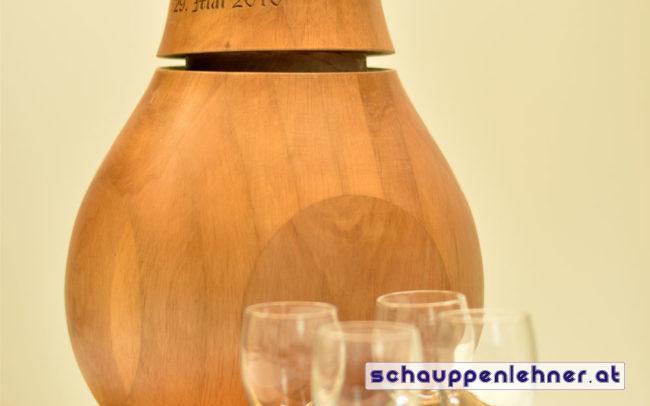 gravierte Holzbirne auf graviertem Holzbrett mit Schnapsgläser