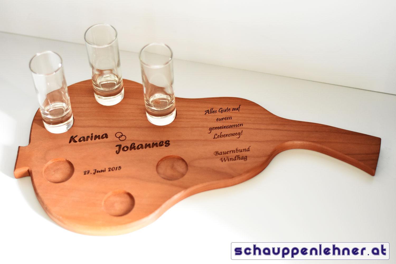 Graviertes Holzbrett in Birnenform mit Schnapsgläser zur Hochzeit