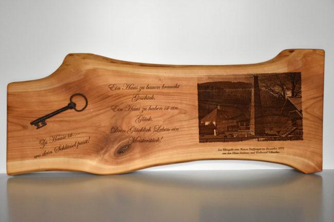 Graviertes Holzbrett mit Schlüssel als Geschenk zur Hauseinweihung