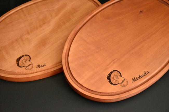 Zwei Holzbretter in die die Namen Resi und Michaela eingraviert wurden