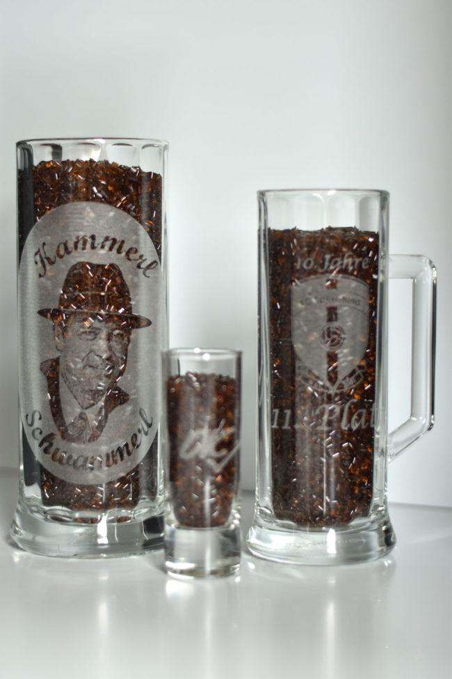 Zwei Biergläser und ein Schnapsglas graviert