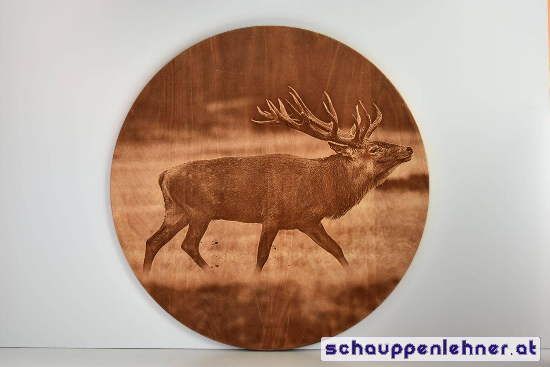 Rundes Holzbild mit eingraviertem Hirschmotiv
