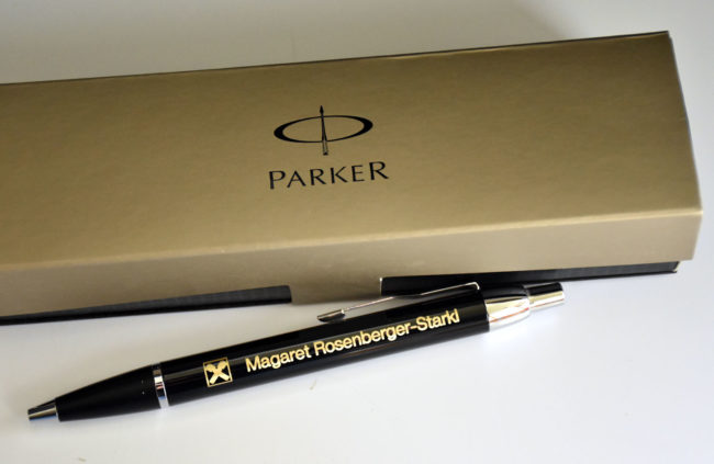 Personalisierter Kugelschreiber für eine Raiffeisenbank Mitarbeiterin