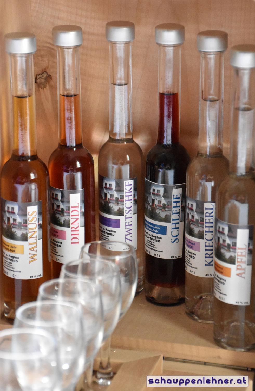 Schnopshaus innenansicht mit diversen Schnapsflaschen und Stamperl