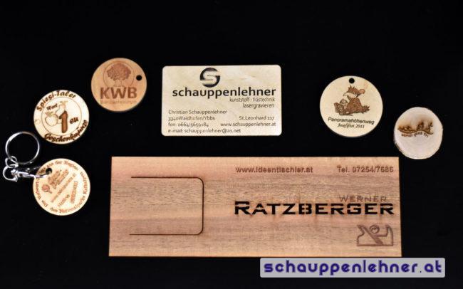 diverse Schlüsselanhänger und Visitenkarten aus Holz