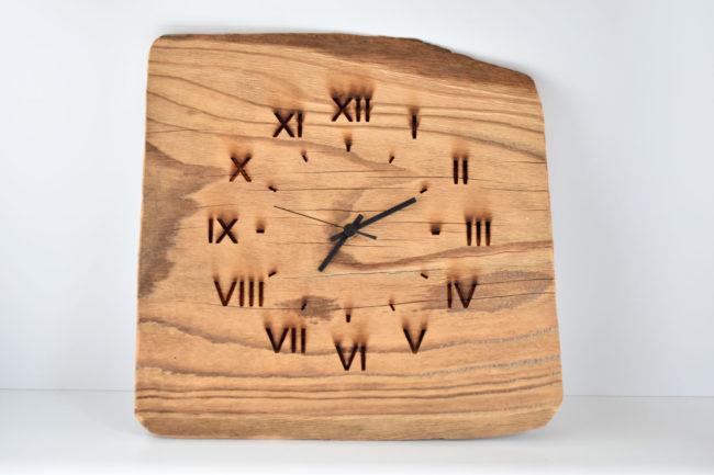 Wanderuhr aus Holz mit eingravierten römischen Zahlen