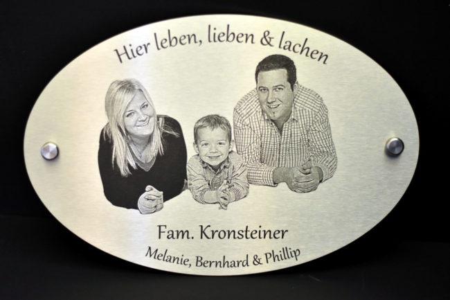 Hausschild mit eingraviertem Familienporträt.