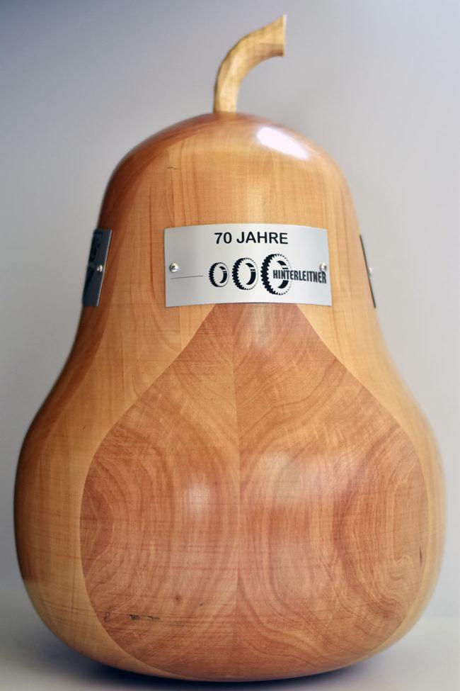 Holzbirne für das 70 jährige Jubiläum der Firma Hinterleitner