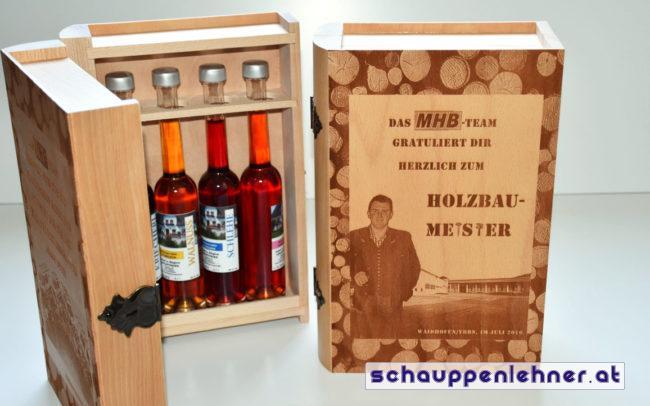 Ein Buch aus Holz in welchem Schnapsflaschen aufbewart werden können.