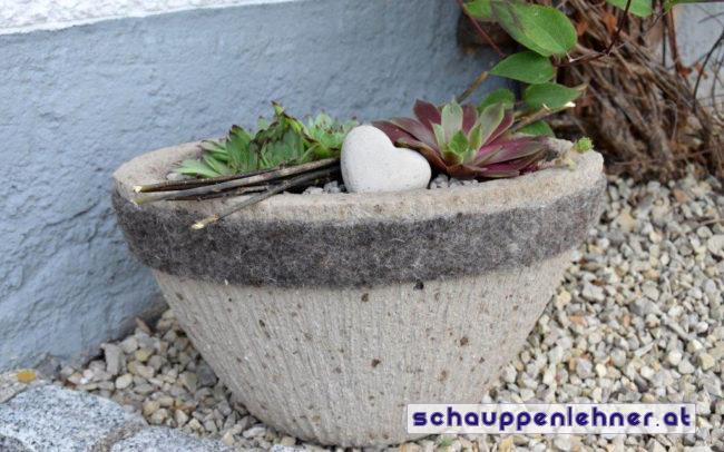 Gartentopf aus Stein mit Pflanzen