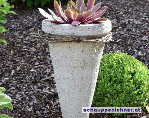 Kegelförmiger Steintopf für den Garten