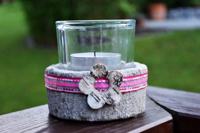 Teelichthalter aus Stein mit dekorativer Blume
